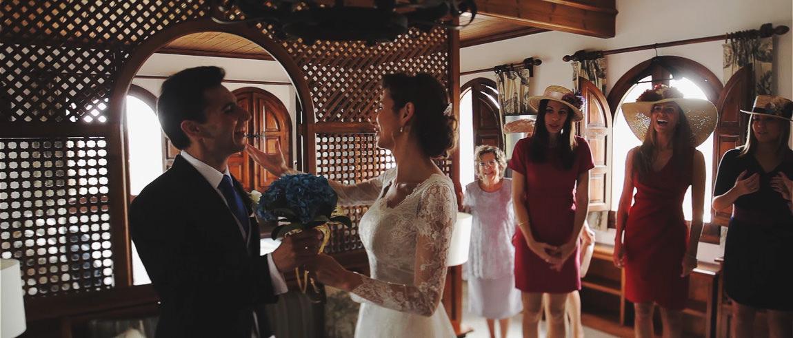 Entrega del ramo de la novia de color azul