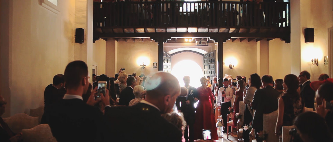 Llegada de la madre del novio a la ceremonia