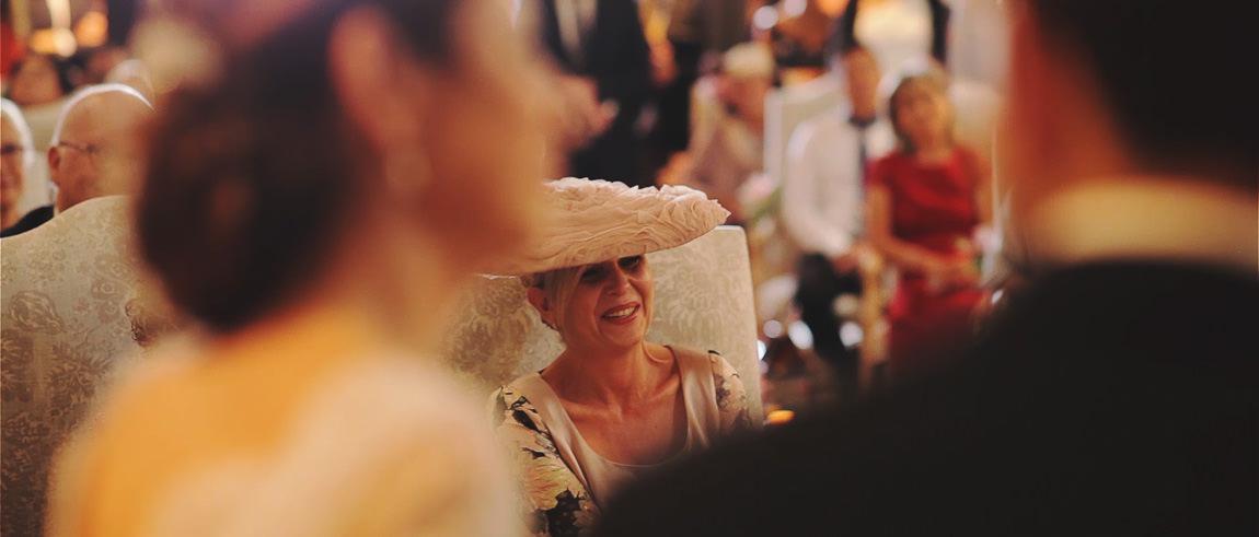 La madre de la novia llorando en la boda de su hija