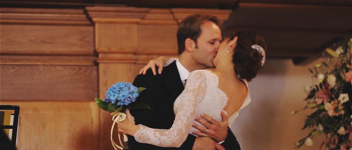 Primer beso de recién casados en la Capilla del hotel La Bobadilla