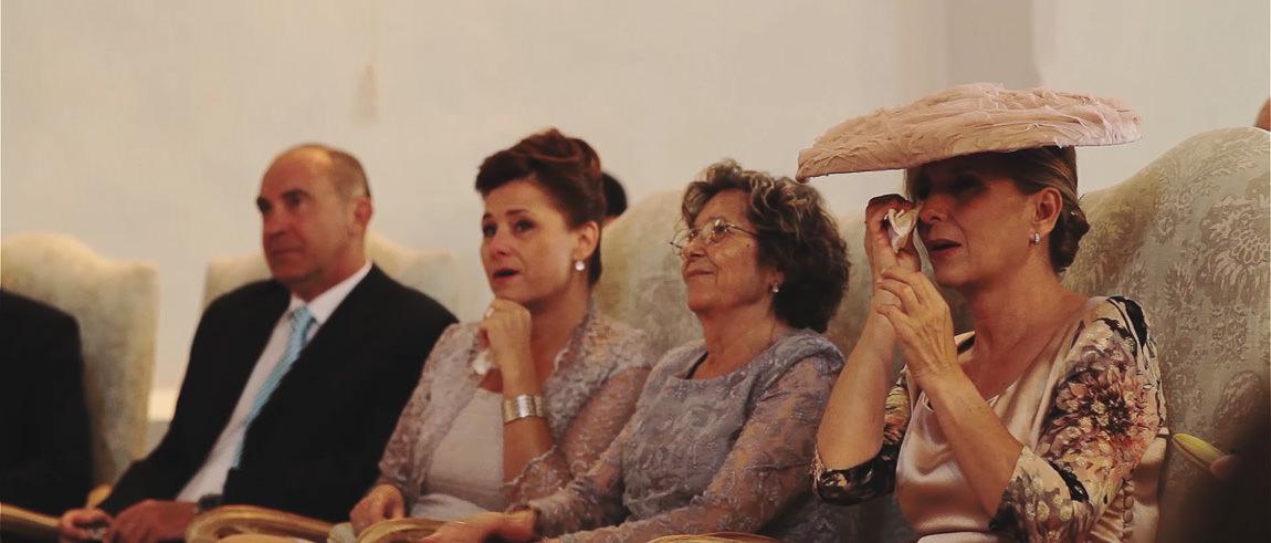 La madre y la abuela de la novia llorando de emoción en la boda de su hija