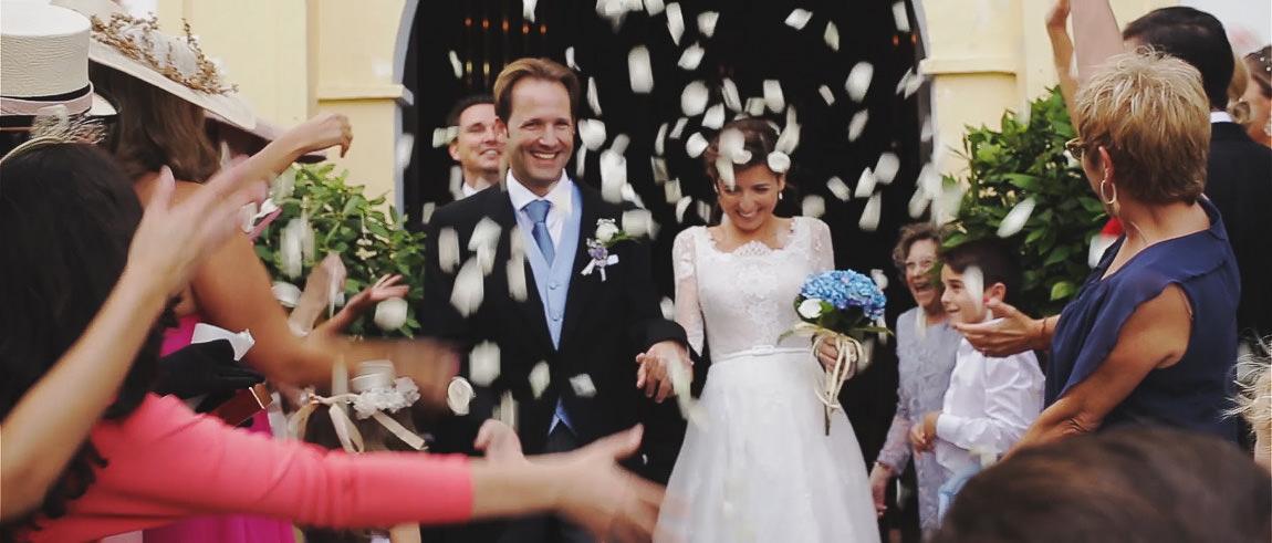 Recién casados reciben pétalos de rosa en la salida de la iglesia