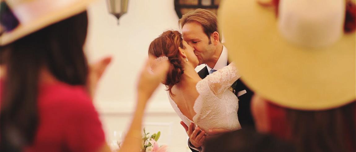 El beso de los novios en la celebración de su boda