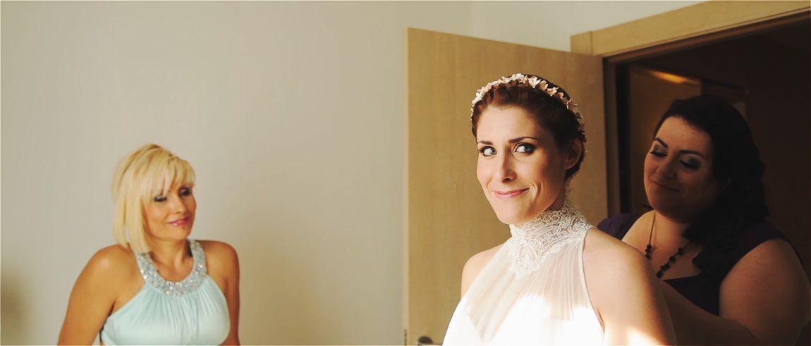 Preparación de la novia para su boda civil en la playa