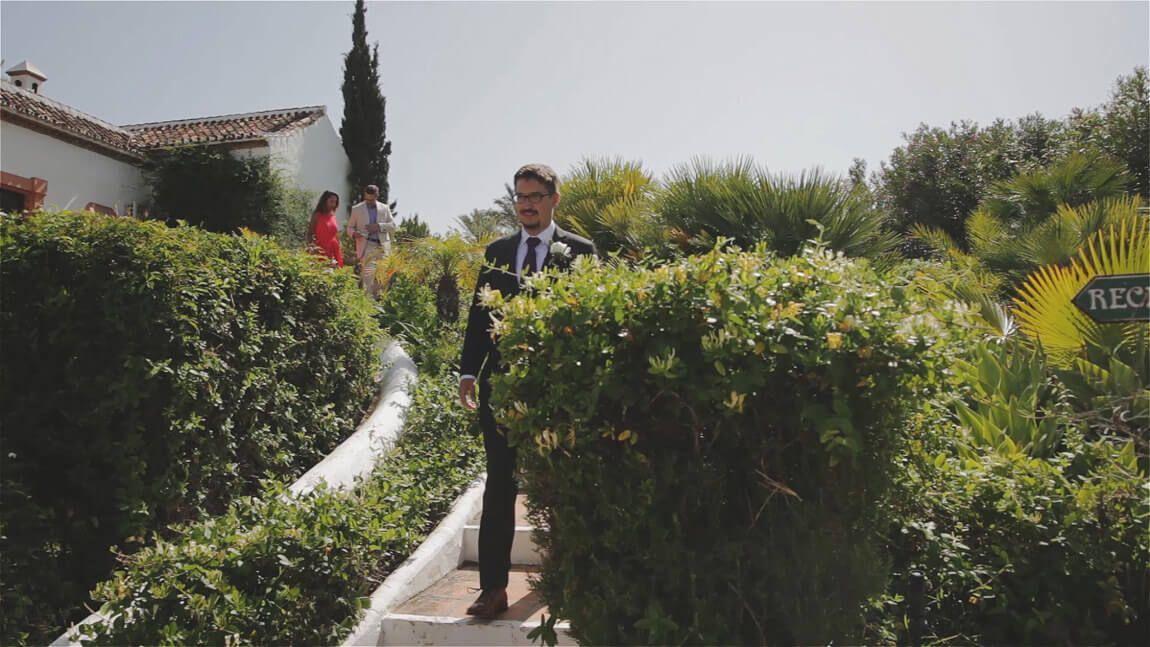 Novio entrando en ceremonia en finca bodas Málaga