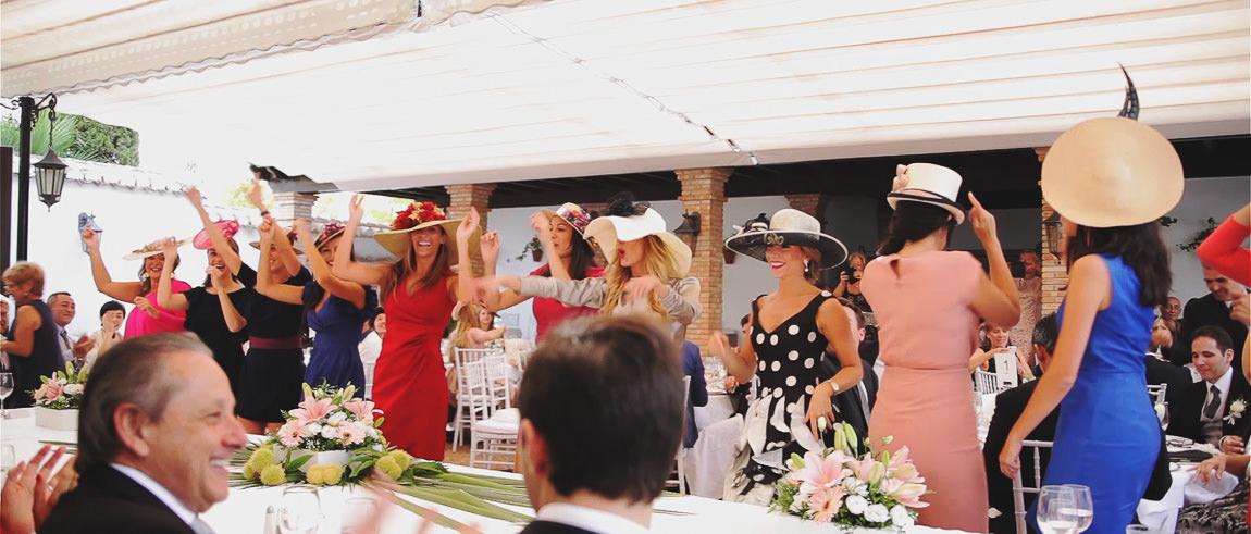 Amigas de la novia recibiendo a los novios en restaurante